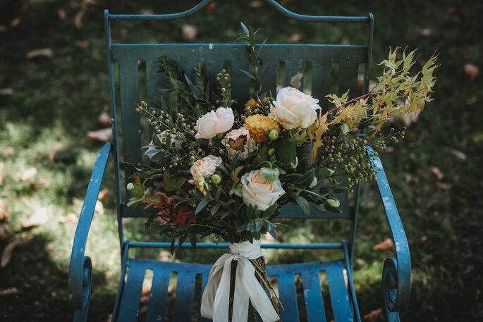 ramo de novia en una silla