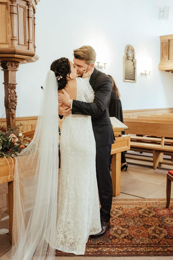 Der Hochzeitskuss. Foto: Helen von Saurma Photography