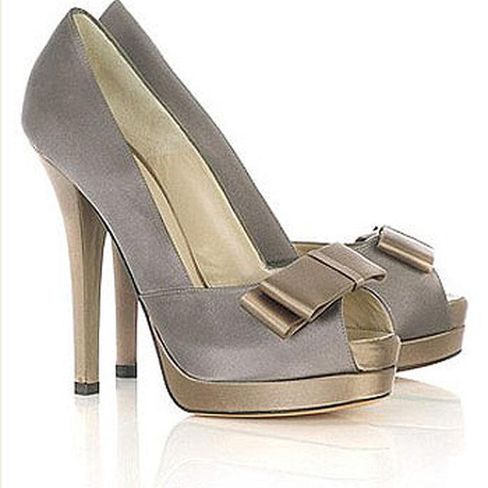 Chaussures Fendi pour mariée avec détail du chignon, couleur plomb et or.