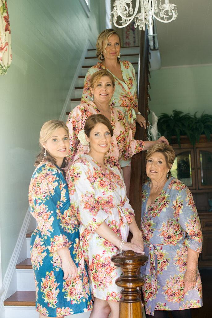 Una divertida tendencia, novias y madrinas con batas floreadas. Foto: Clau Photography Fine Art