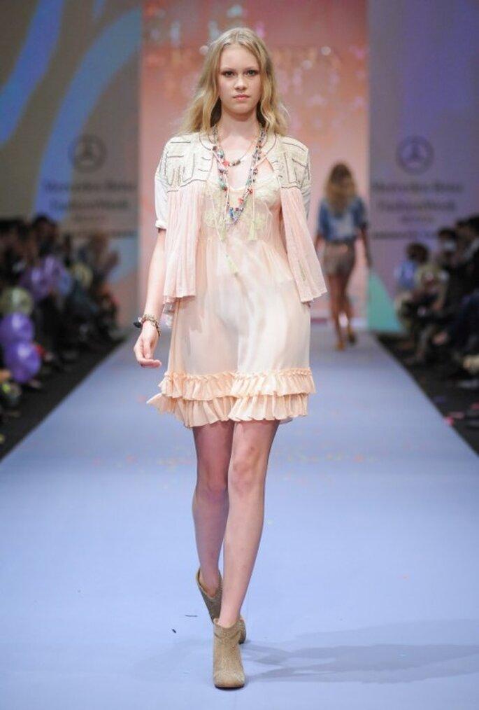 Vestido corto en color nude acompañado de chaqueta - Foto Mercedes Benz Fashion Week México