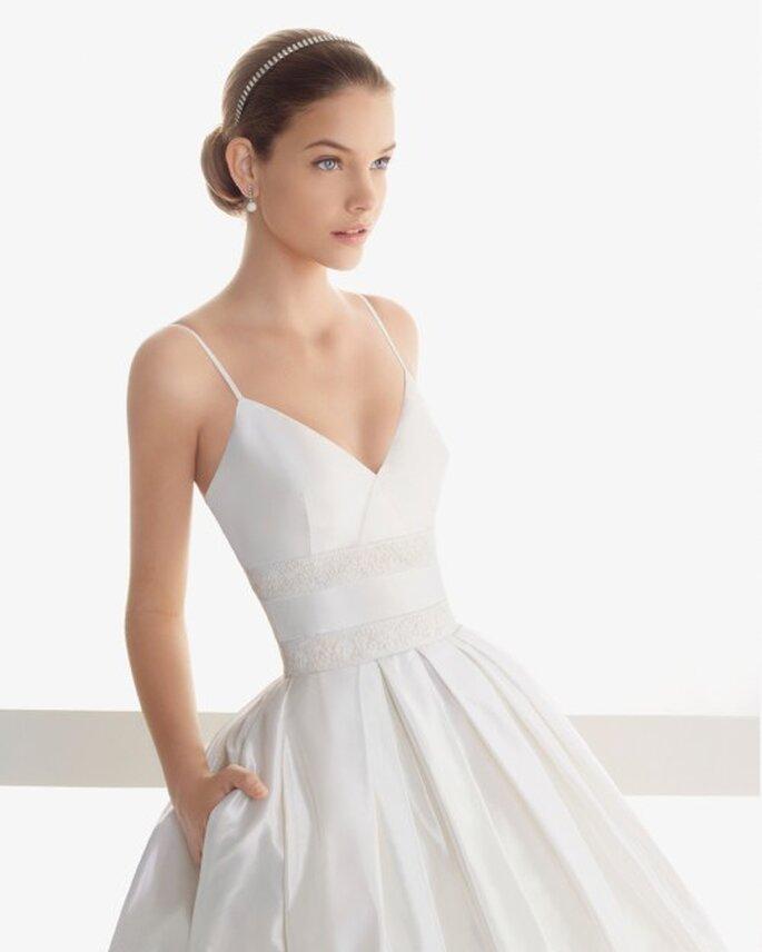 vestido de novia con bolsas, escote pronunciado y tirantes delgados - Foto Rosa Clará