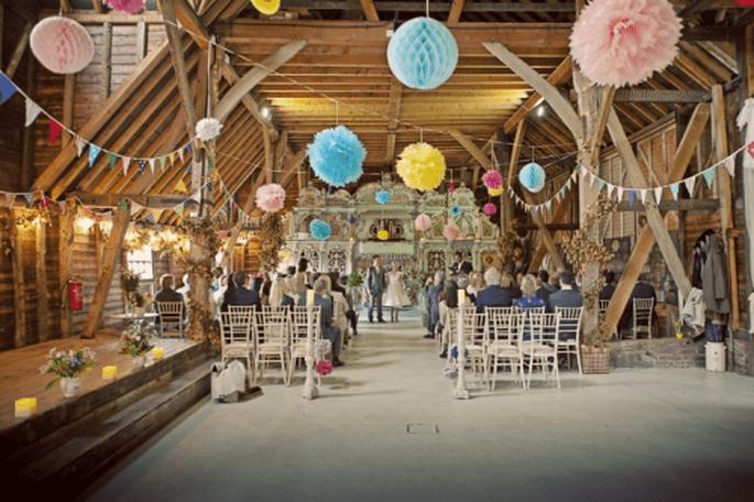 Usa un escenario rústico y decoración en colores pastel para tus fotos de boda estilo vintage - Foto Cotton Candy Weddings