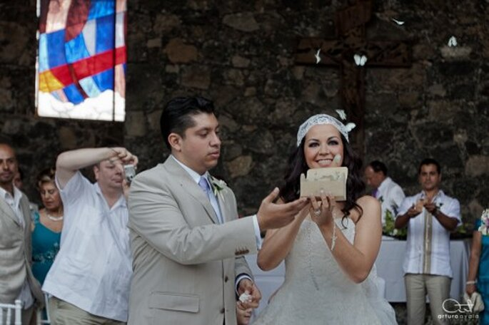 Yedid y Juan liberando mariposas blancas en su boda - Foto Yedid y Juan