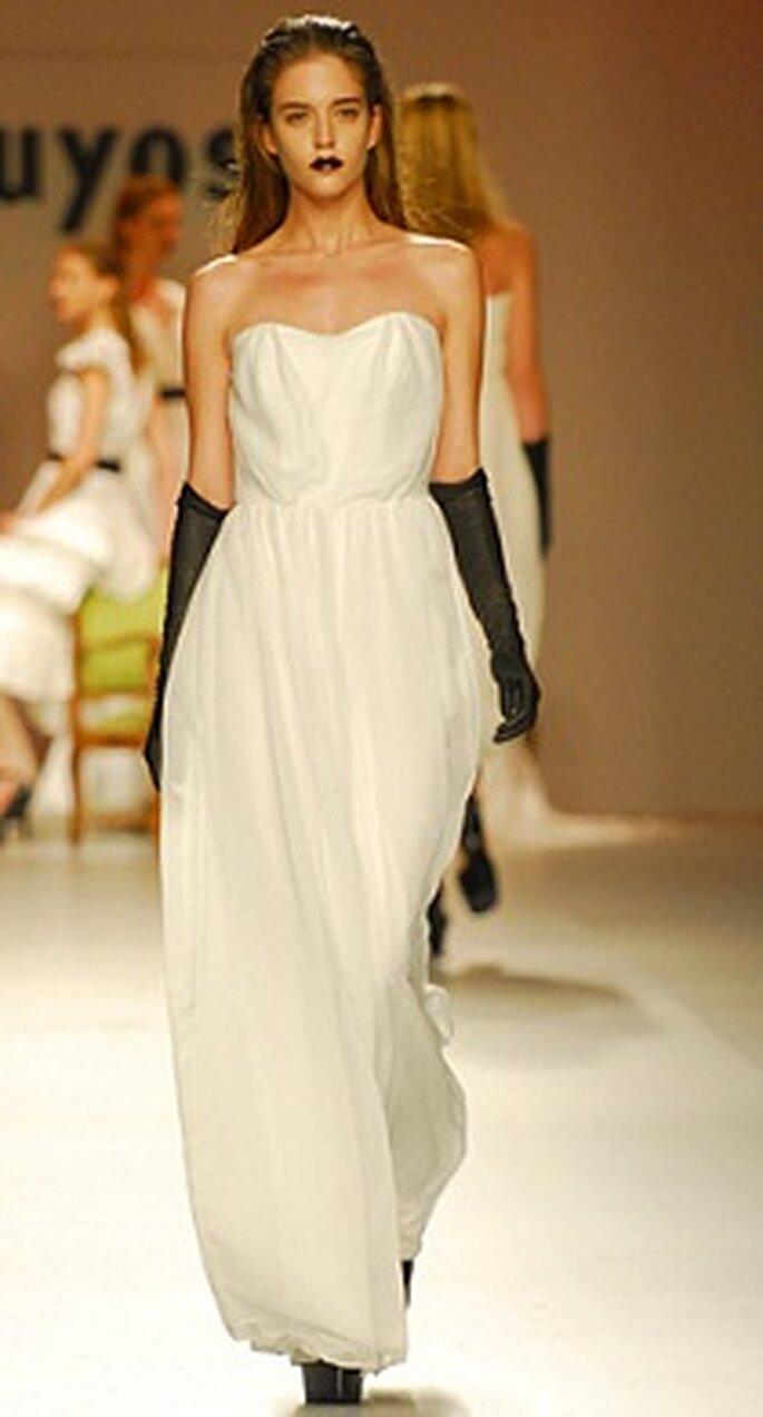 Vestido de novia con guantes negros, de Duyos