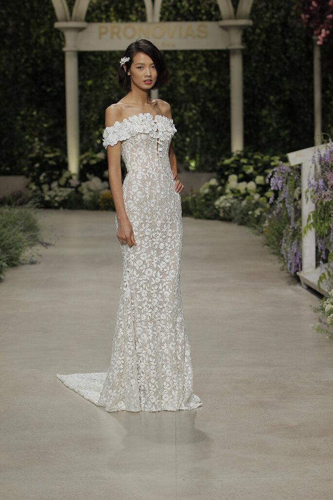 vestidos de novia con hombros caídos con apliques florales en 3D