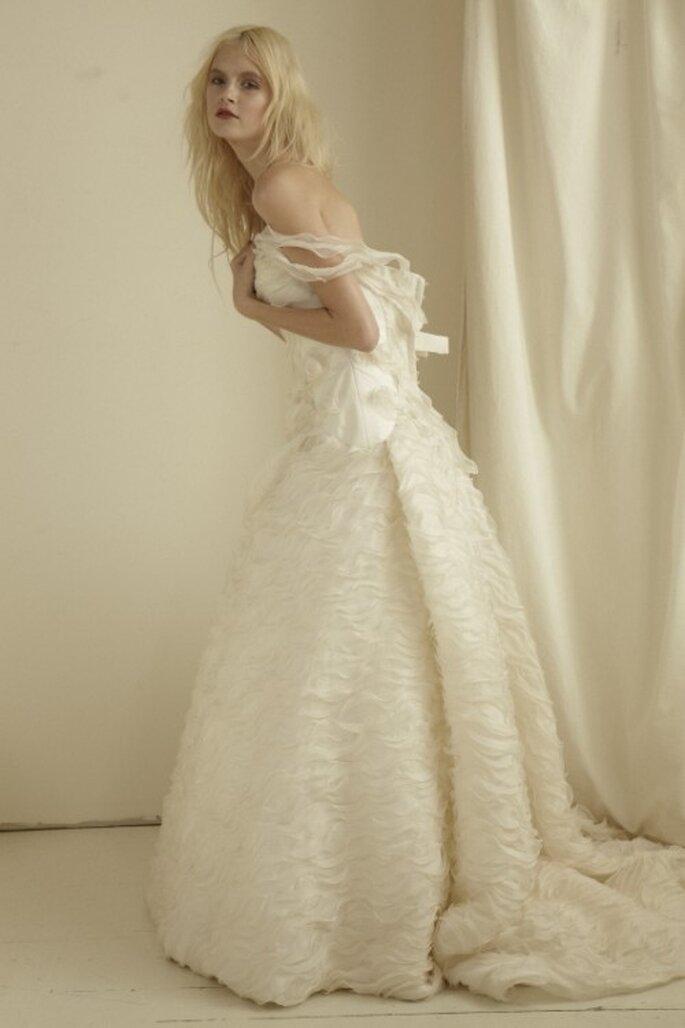 Vestidode novia elegante con falda con textura - Foto Mariana Hardwick 2013