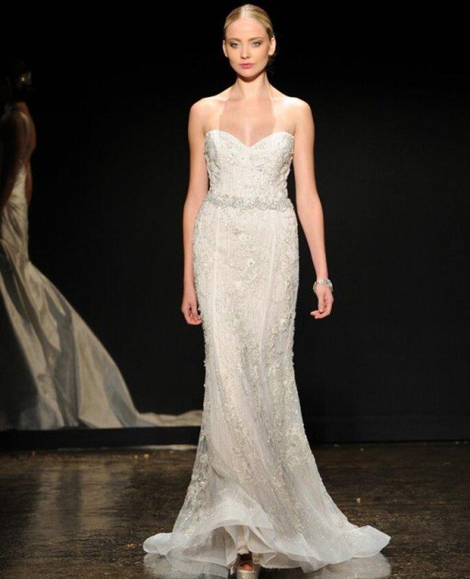 Vestido de novia escote corazón con apliques y silueta ceñida - Foto Lazaro