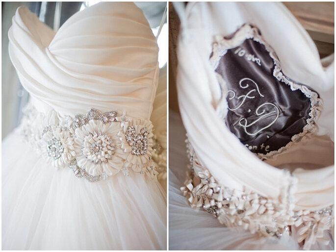Detalle del vestido y el cojín de los anillos. Foto: Vicky Bartel Photography