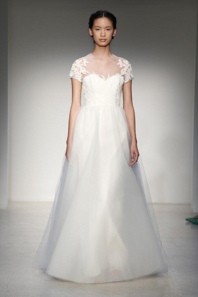 Vestido de novia clásico 2013 con escote ilusión, bordados de flores y mangas cortas - Foto Christos