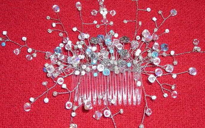 Una pequeña peineta con perlitas transparentes y celestes