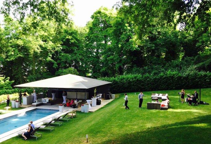 Les espaces extérieurs aménagés du Château d'Hardricourt ainsi que sa piscine