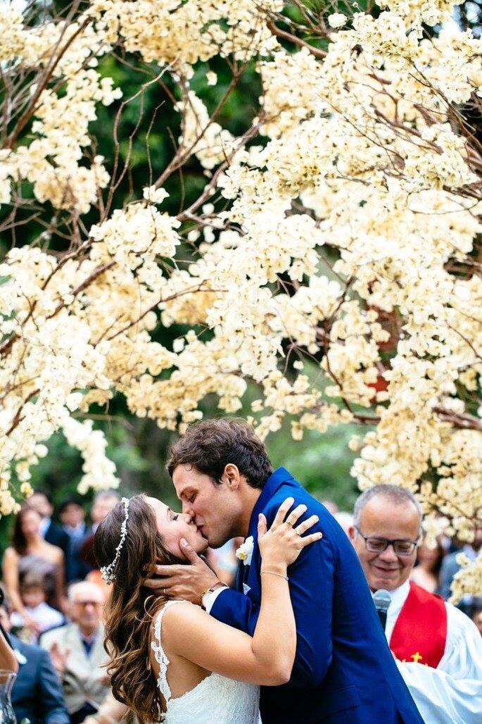 beijo noivos ao ar livre