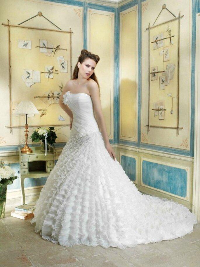 Bustier asymétrique et jupe volumineuse. Robe de mariée Collection Divina Sposa 2012