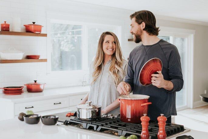 casal a cozinhar juntos na cozinha