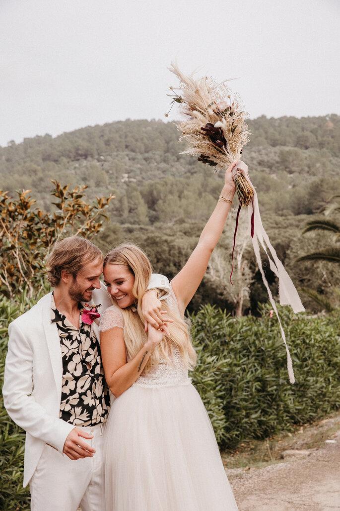 Novios en boda rústica en Fangar, Boho chic wedding