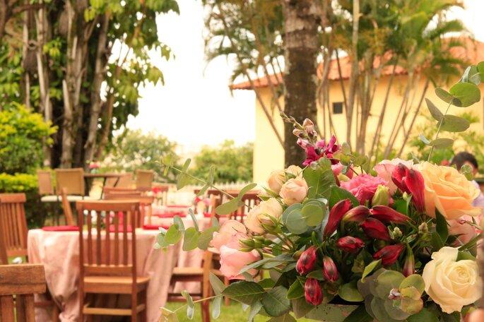 decoração floral casamento ar livre