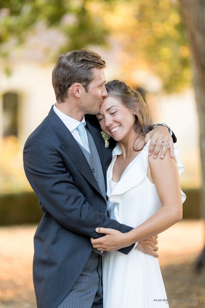Un couple de jeunes mariés enlacés et heureux