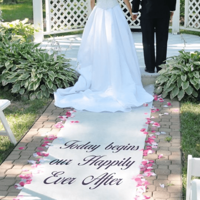 Personaliza tu desfile al altar con estos tapetes para boda - Foto Making Memories and More