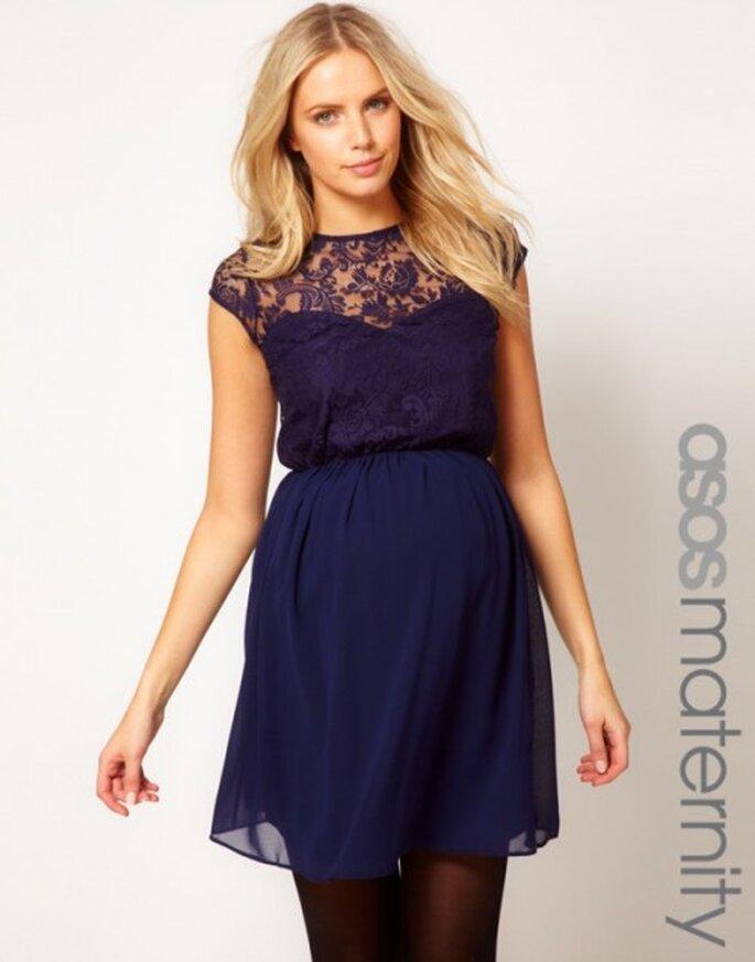 vestido de fiesta en color azul marino con escote de encaje para invitada de boda embarazada - Foto ASOS