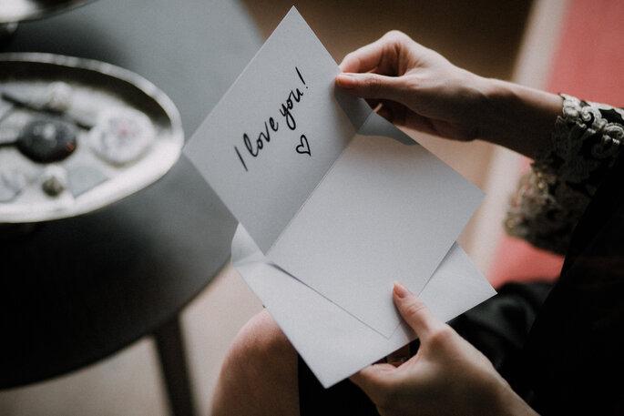 """Eine Karte, in der """"I love you"""" steht."""