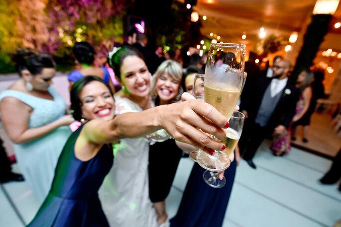 noiva brinda com convidados