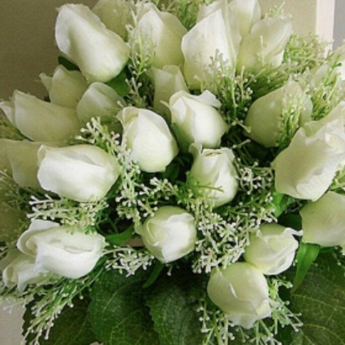 Un bouquet de mariée blanc se marie à la perfection avec une robe de mariée. - Source : www.regaloideas.com