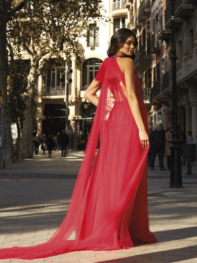 vestido de cerimónia comprido vermelho esvoaçante Pronovias 2021