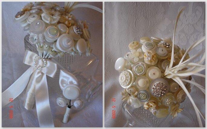Toni chiari dal bianco al beige con qualche piuma stravagante per questo bouquet