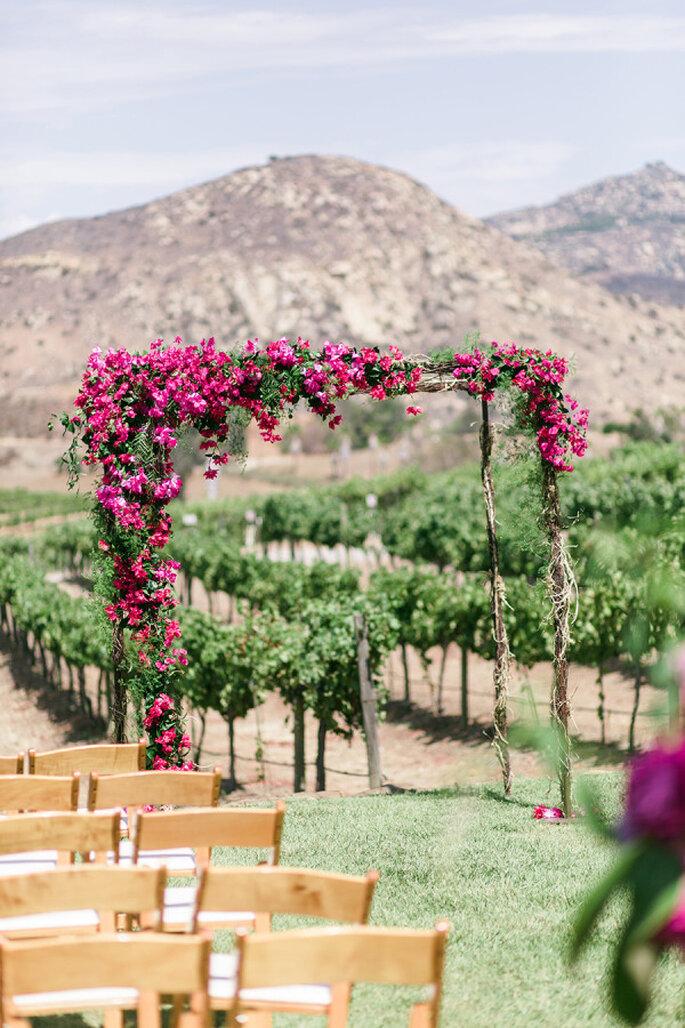 Altar de boda al aire libre - We Heart Photography