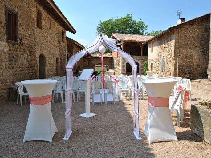 La Commanderie de Lachal - préparation d'une cérémonie laïque en extérieur