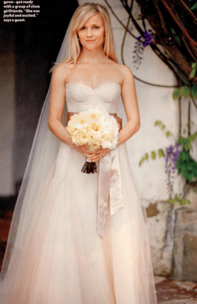 Reese Witherspoon a choisi une robe Monique Lhuillier ultra lumineuse pour la nuit de Santa Bárbara au début de l'été 2011