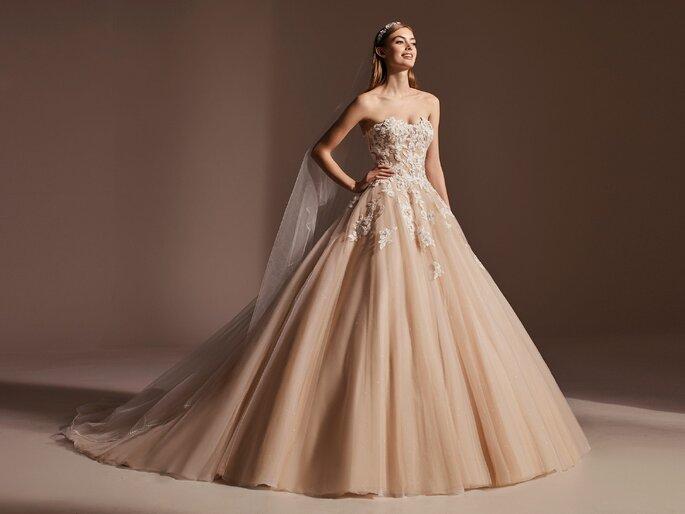 vestido corte princesa caica em tule cor de pêssego pronovias