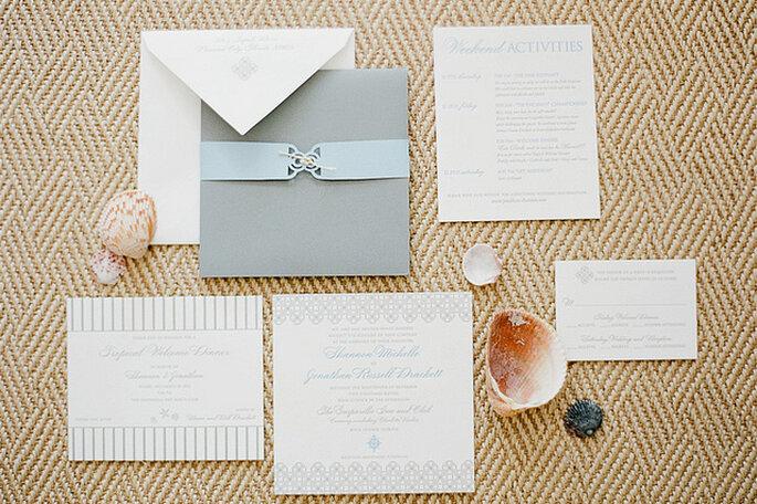 Invitaciones para una boda playera elegante. Foto: KT Merry Photography