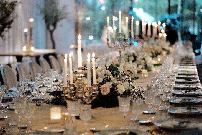 mesa de casamento com velas e flores brancas