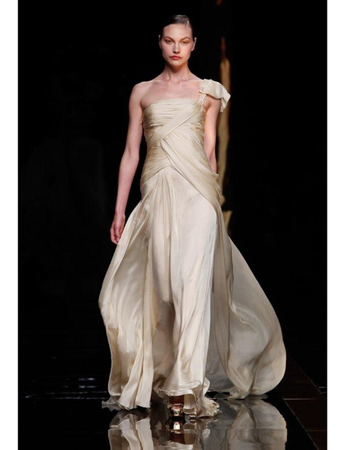 Brautkleid von Rosa Clará. Kollektion 2012, Modell in Mattgold.