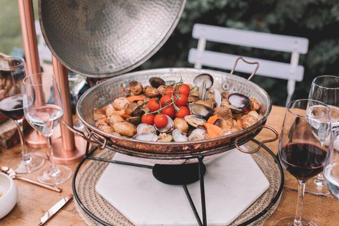 Un délicieux plat à base de fruits de mer mijote sur la table de réception d'un mariage