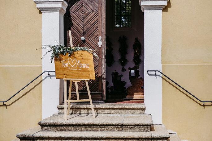 Der Eingang zur Kirche, Foto von Hüttner Fotografie.