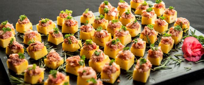 Cubinhos de polentinha com vinagrete e calabresa picante. Foto: Aquarella / Divulgação St. Moritz