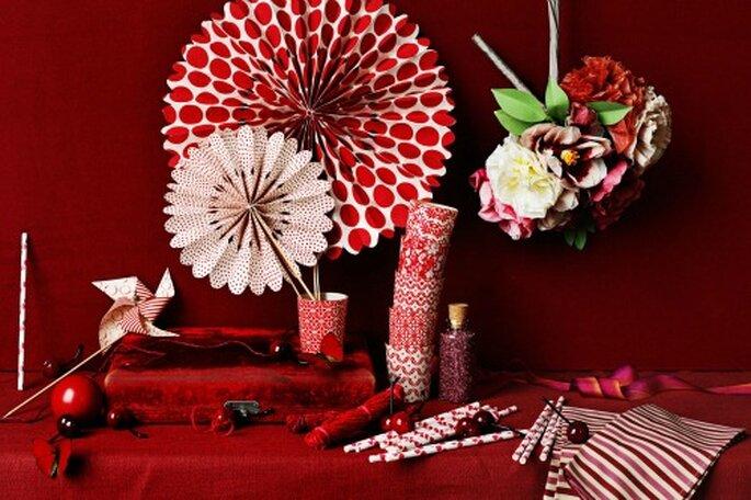 Rote Dekoration am Tisch gehört ebenfalls dazu – Foto: bhldn