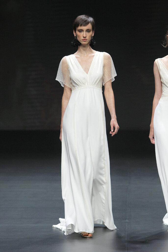 Vestido de novia corte imperio con cuello en V y mangas cortas transparentes