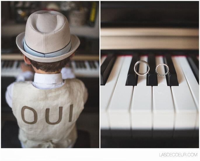 Un enfant joue du piano à un mariage et porte une tenue où il est inscrit « oui »
