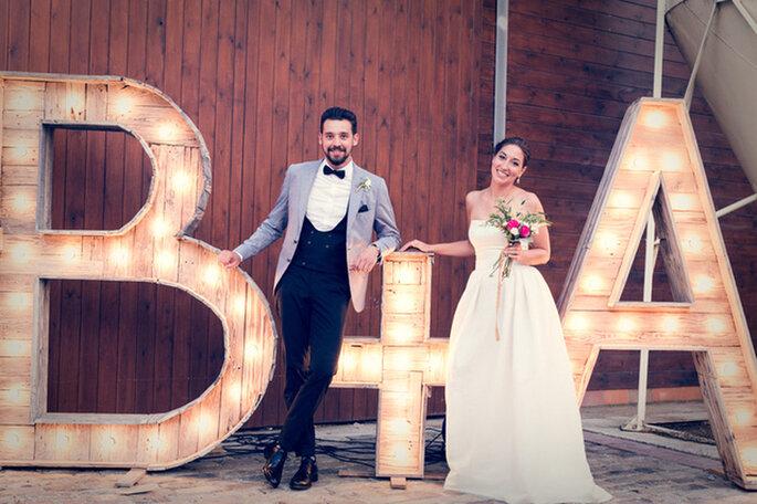 Letras luminosas na decoração do casamento