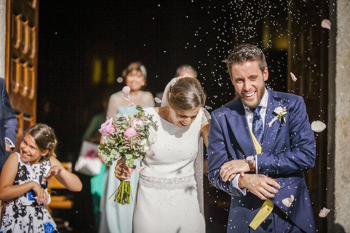 lancé pétales roses sortie église mariage