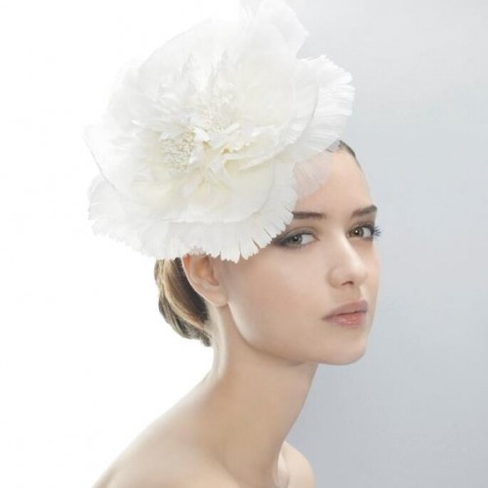 Tocado de novia con flor en tamaño XL - Foto Jesús Peiró