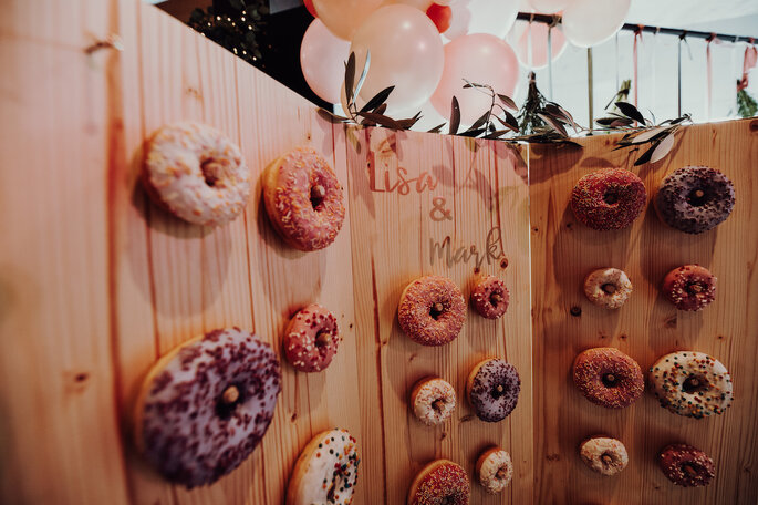 Eine Wand mit Donut bei der Hochzeitsmesse Bridal Teatime.