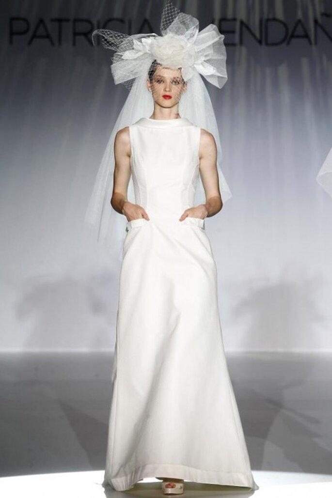 Vestido de novia elegante con corte simple y tocado con inspiración retro - Foto Patricia Avendaño