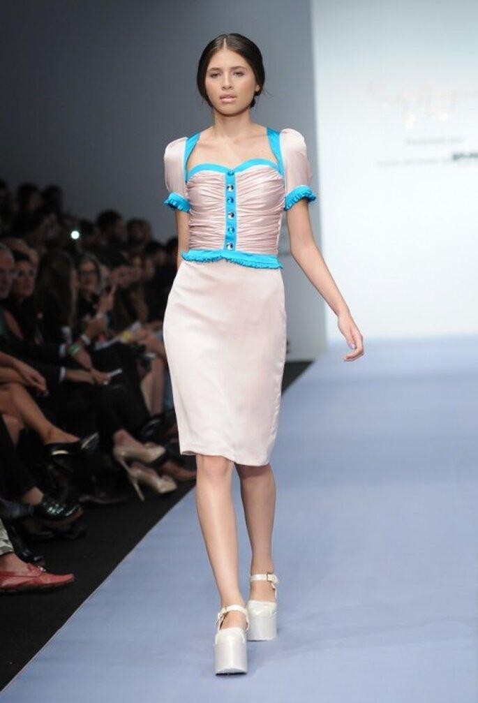 Vestido de fiesta en color nude con detalles en contraste color azul brillante - Foto Mercedes Benz Fashion Week México