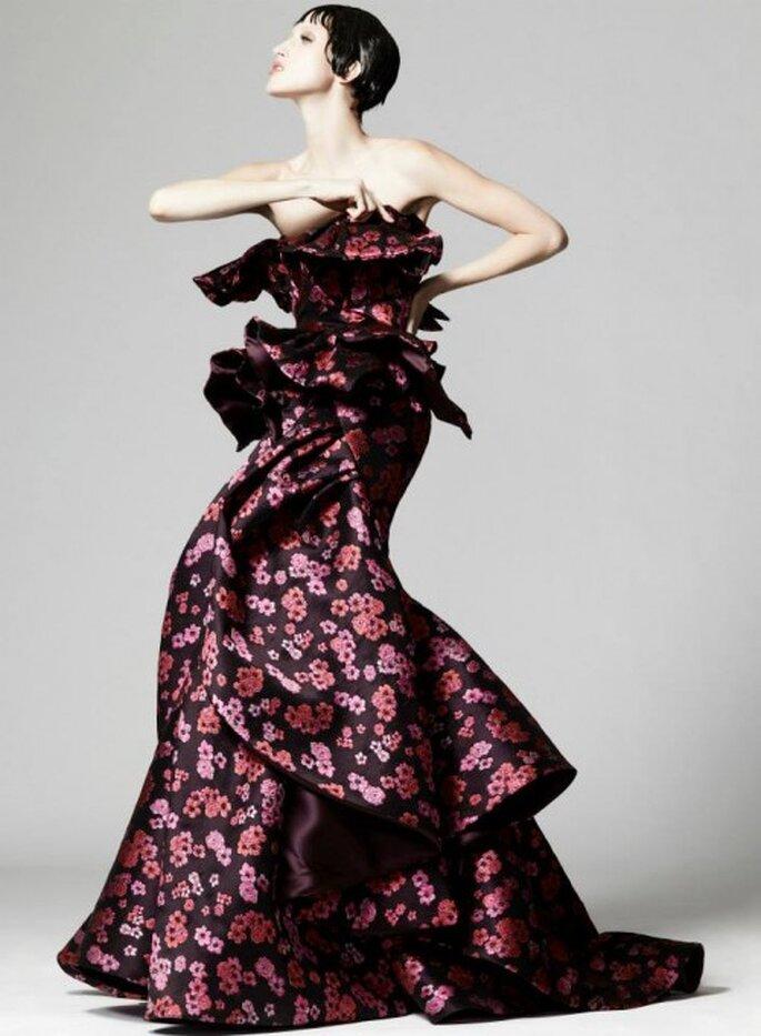 vestido de fiesta largo en color negro con estampados de flores, escote strapless y superposición de volúmenes - Foto Zac Posen