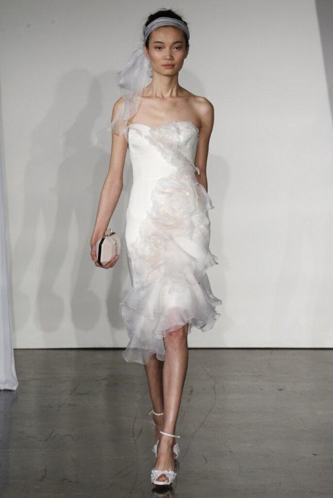 Vestido de novia corto con transparencias, tul y acabado asimétrico en la falda - Foto Marchesa